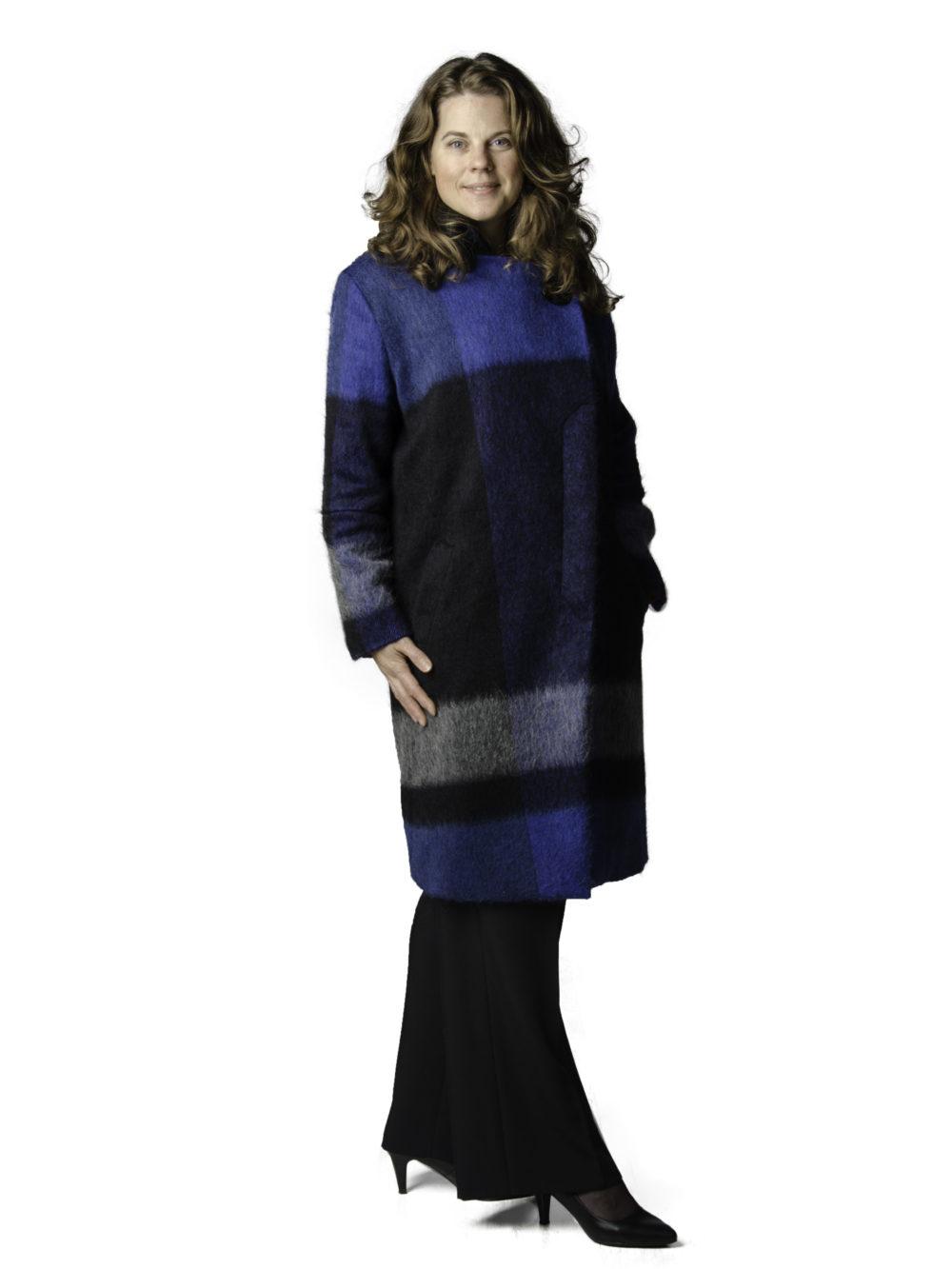 Wintermantel met blauwe blokruit en asymmetrische sluiting